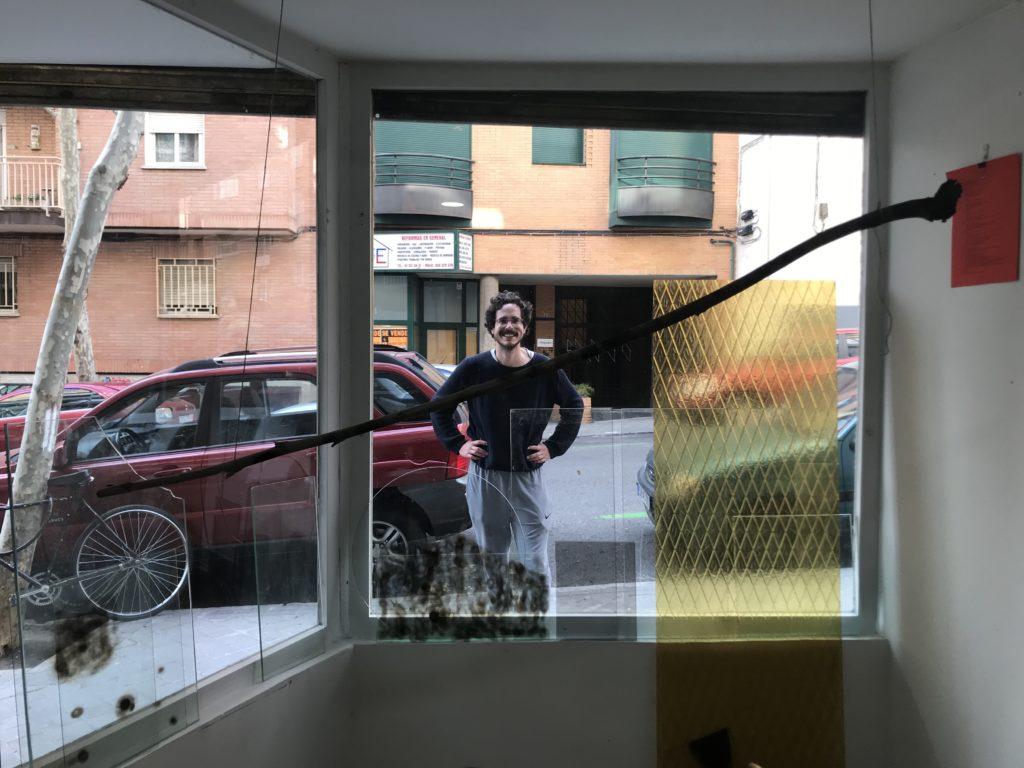 yuri tuma tras la vitrina